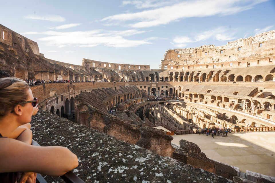 Turistas visitando o Coliseu de Roma na Itália