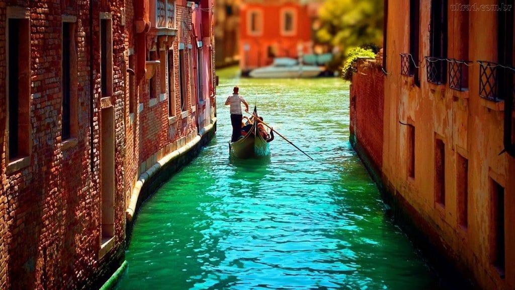 Tradicionais Canais de Veneza durante o verão