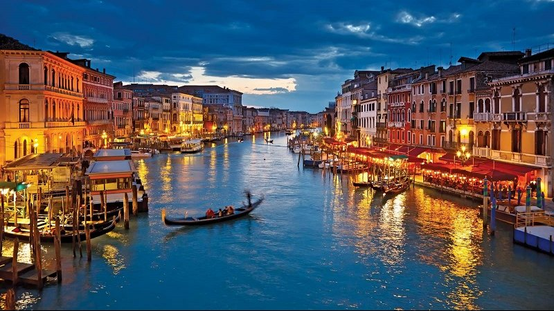 Passeio de gôndola ao anoitecer em Veneza