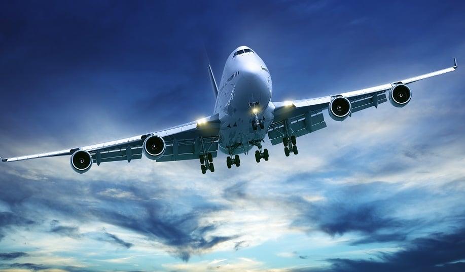 Avião no céu durante o voo