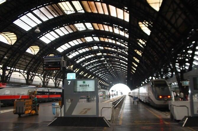 Estação de trem em Milão e na Itália
