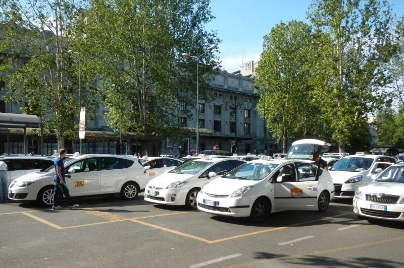 Táxis em Milão
