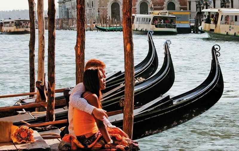 Passeio romântico de gôndola por Veneza