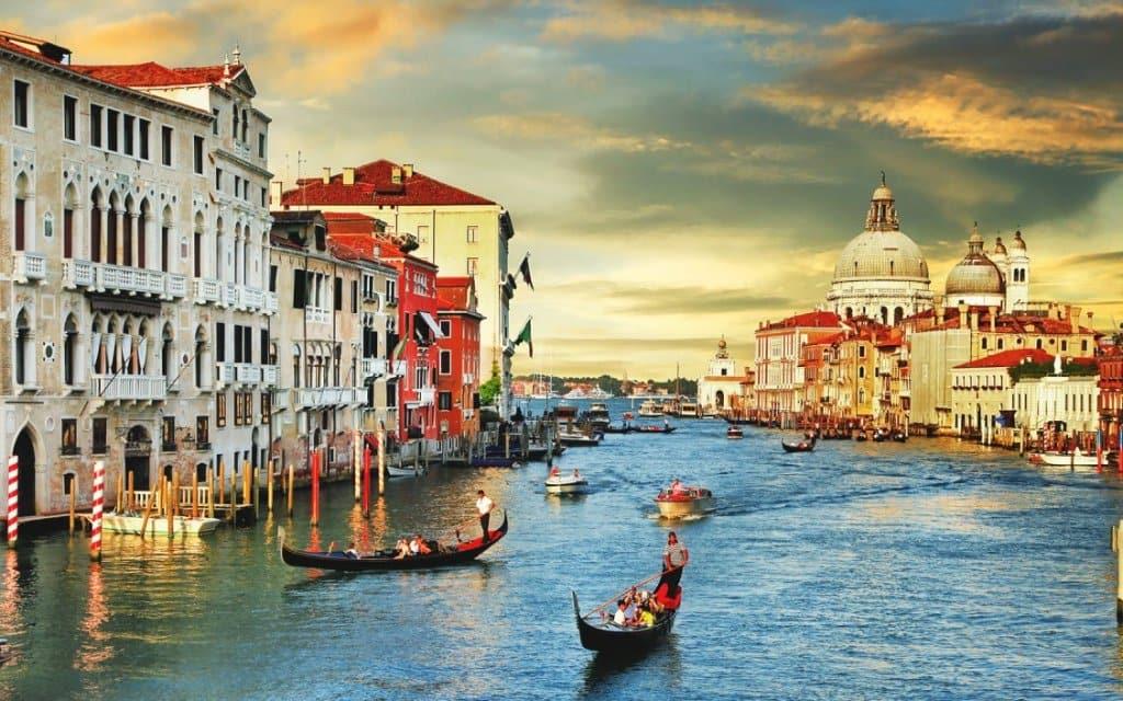 Canais em Veneza na Itália