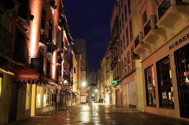Ruas para compras em Veneza na Itália