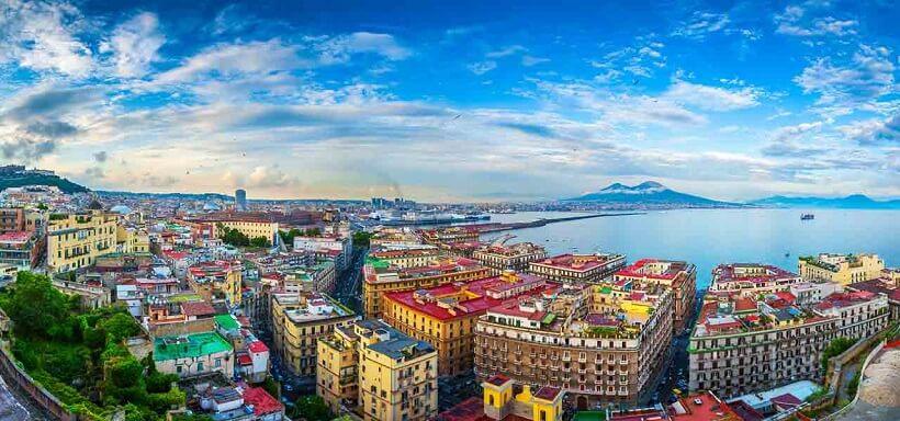 Vista da cidade de Nápoles na Costa Amalfitana