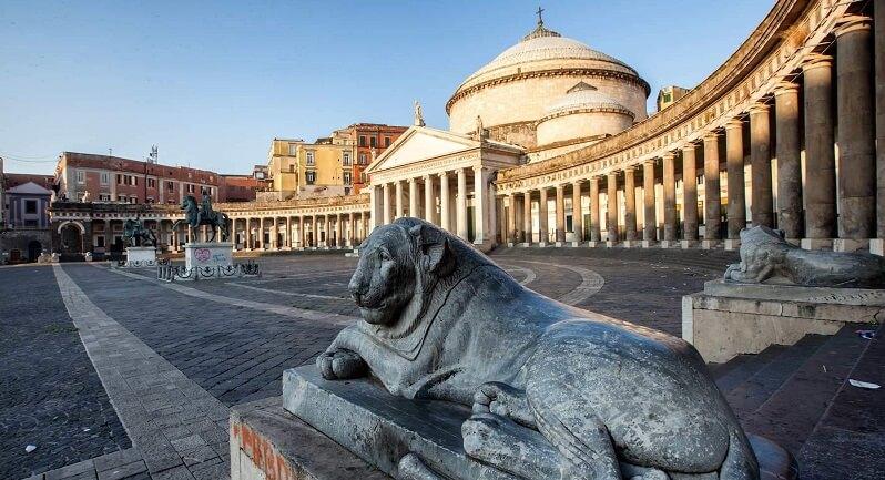 Praça do Plebiscito na região central de Nápoles
