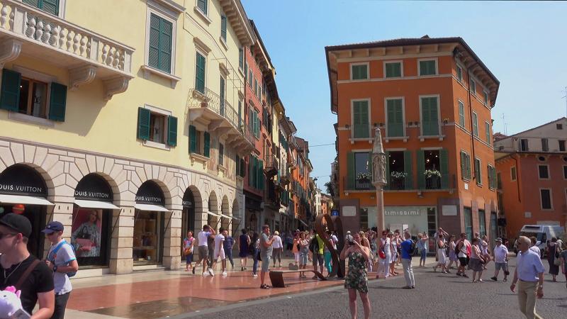Pessoas andando no centro de Verona