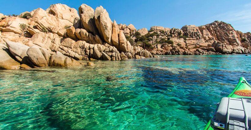 Praia na ilha de Sardenha