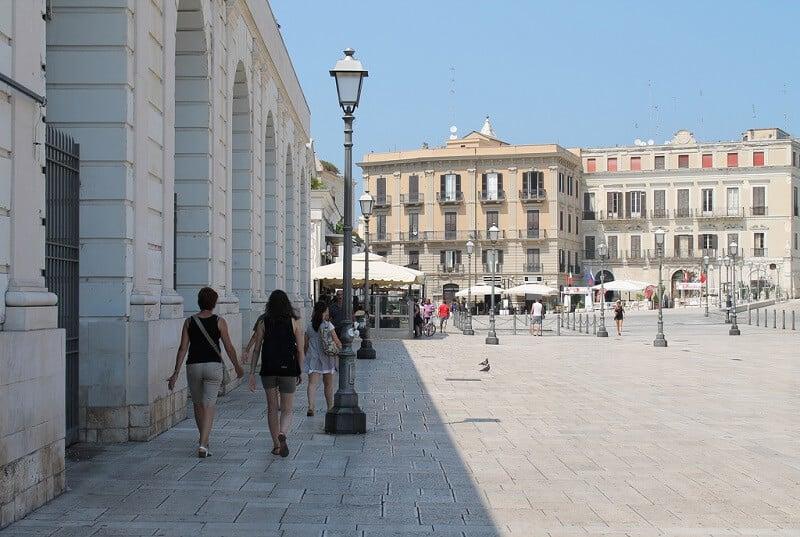 Piazza del Ferrarese em Bari na Itália