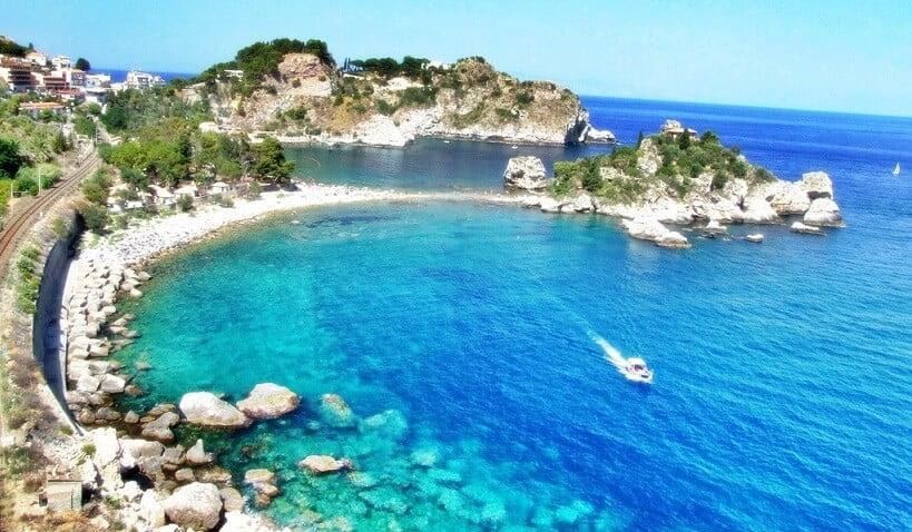 Vista do litoral de Taormina na Itália
