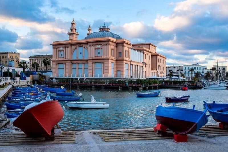 Vista do Teatro Margherita em Bari na Itália