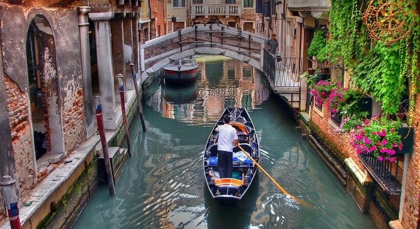 Gôndola em canal de Dorsoduro em Veneza