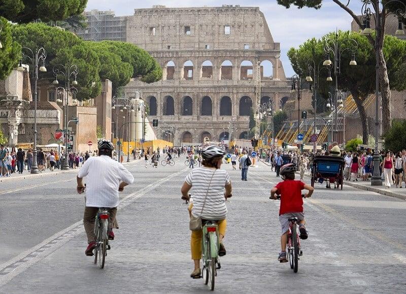 Crianças andando de bicicleta em Roma