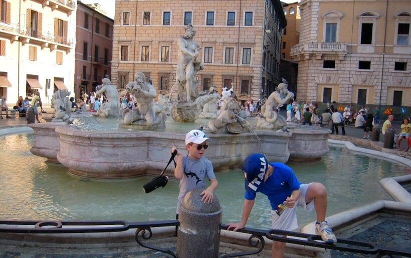 Crianças em fonte de Roma