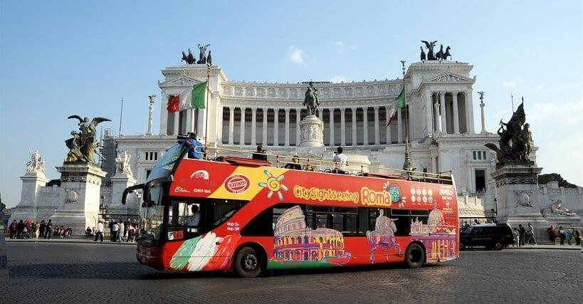 Ônibus turístico na Piazza Vittorio Emanuele II em Roma