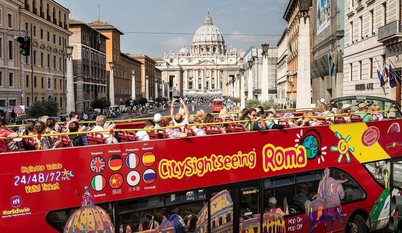 Ônibus turístico passando pelo Vaticano em Roma