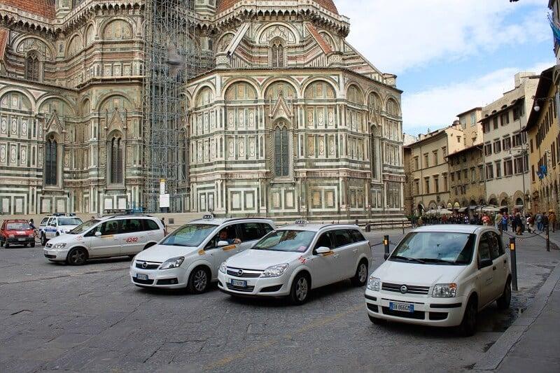 Carros parados próximos a Piazza del Duomo em Florença