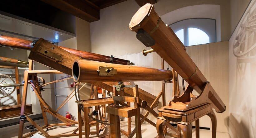Telescópios expostos no Museu Galileo em Florença