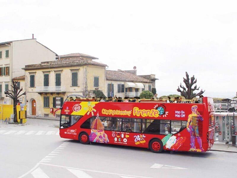 Ônibus turístico em rua de Florença
