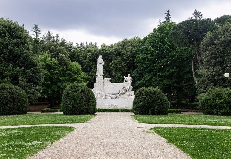 Monumento a Francesco Petrarca no Passegio del Prato em Arezzo