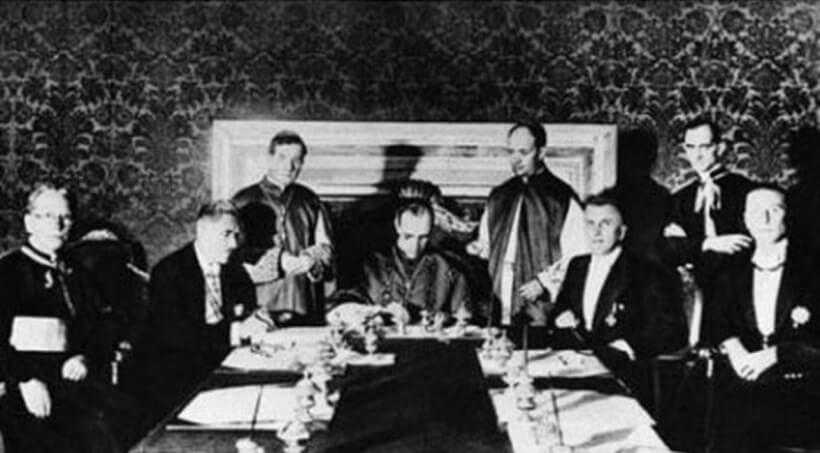 Imagem do momento em que o Tratado de Latrão foi assinado