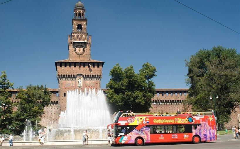 Ônibus turístico fazendo passeio por Milão