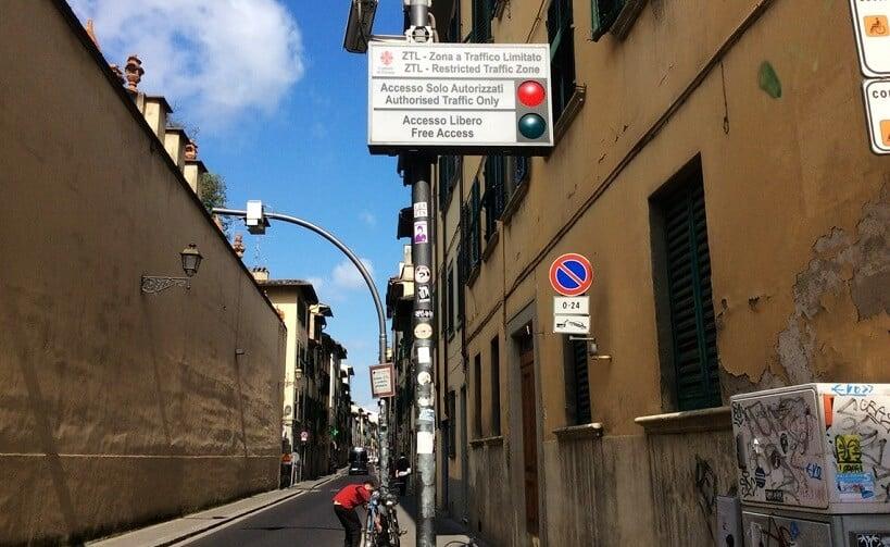 Placa sinalizando zona de tráfego limitado