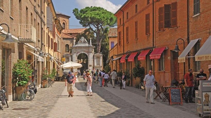 Pessoas caminhando pelas ruas de Ravena na Itália