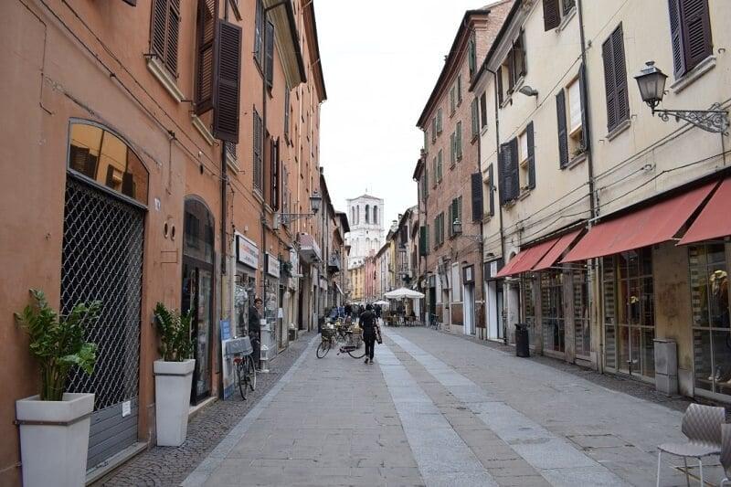 Pessoas andando por rua de Ravena