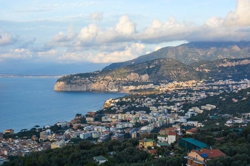 Vista aérea da cidade de Sorrento
