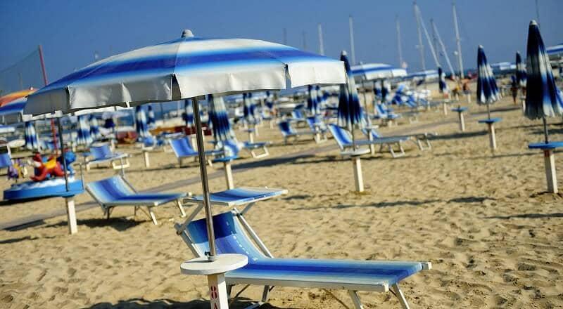 Cadeira e guarda-sol oferecidos em praia paga