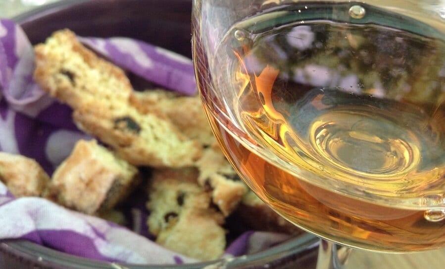 Taça de vinho acompanhada de pães