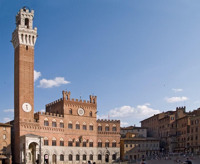 Torre del Mangia vista da Piazza del Campo em Siena