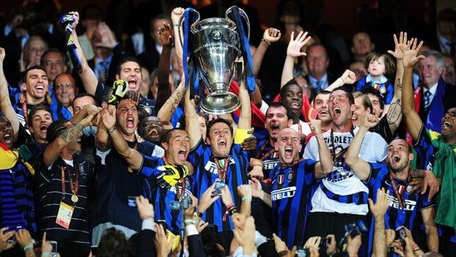 Jogadores do Inter de Milão levantando taça