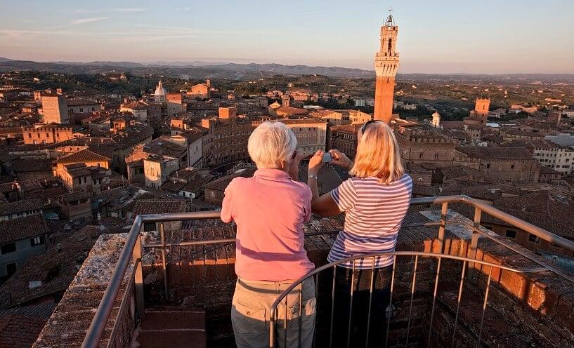 Visitantes no topo da Torre del Mangia em Siena