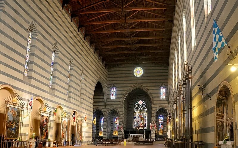 Interior da Basilica di San Francesco em Siena