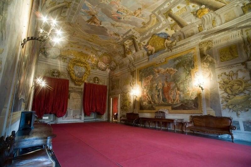 Afrescos nas paredes e teto odo Palazzo Mansi