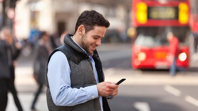 Homem usando o celular em Milão
