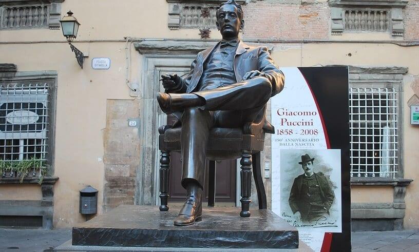 Estátua do compositor Giacomo Puccini