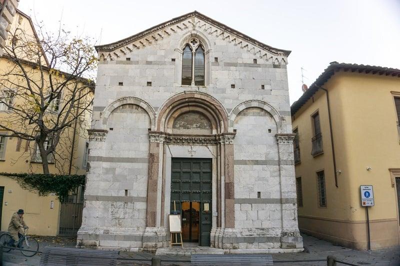Fachada da Chiesa Santa Giulia em Lucca