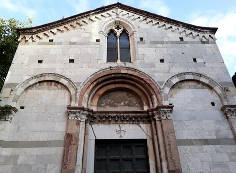Chiesa Santa Giulia em Lucca vista debaixo