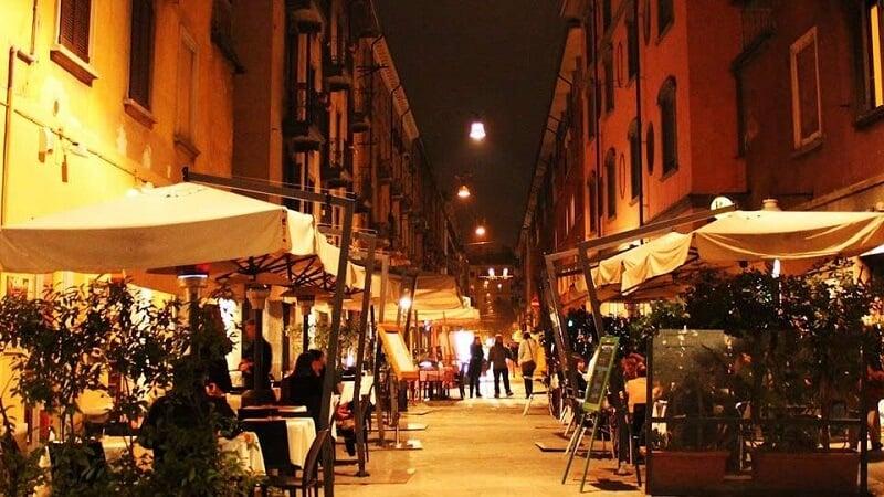 Rua de bares em Milão