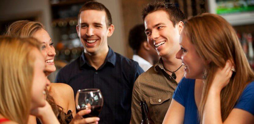 Grupo de amigos bebendo