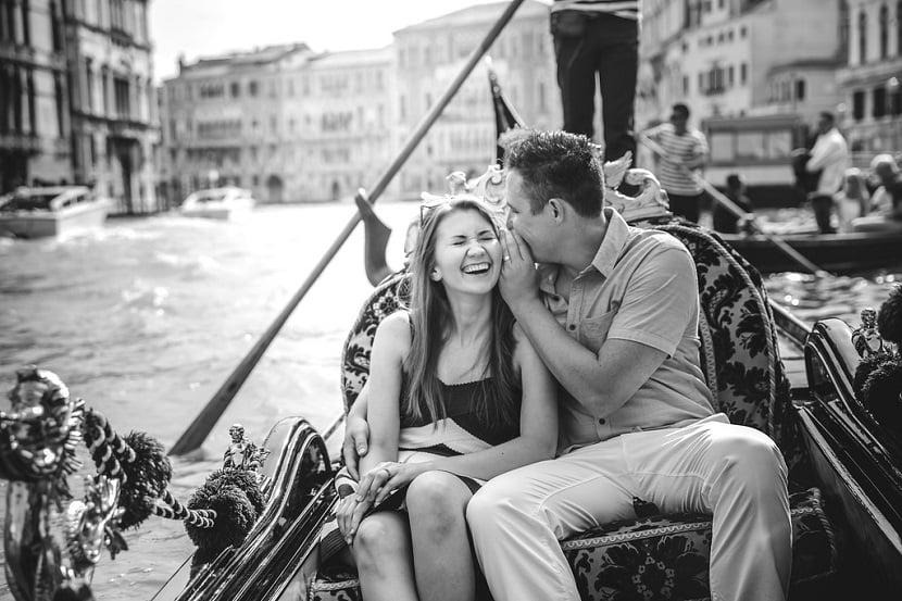 Casal andando de gôndola em Veneza