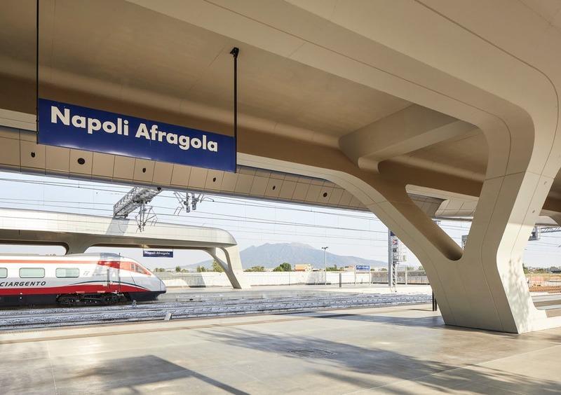 Trem na estação de Nápoles