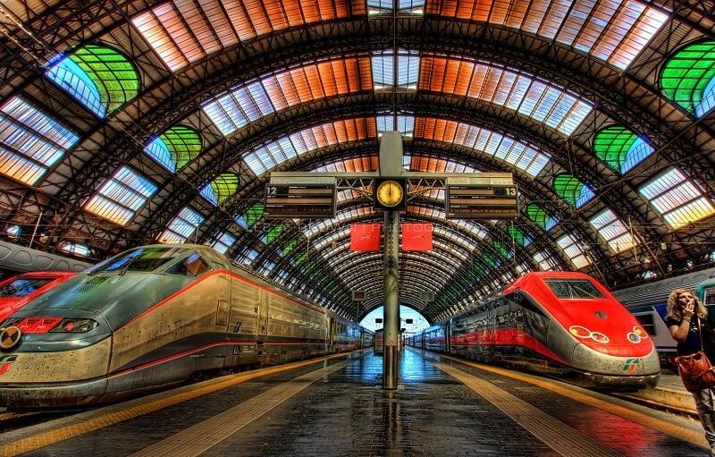 Trens na Estação Central de Milão