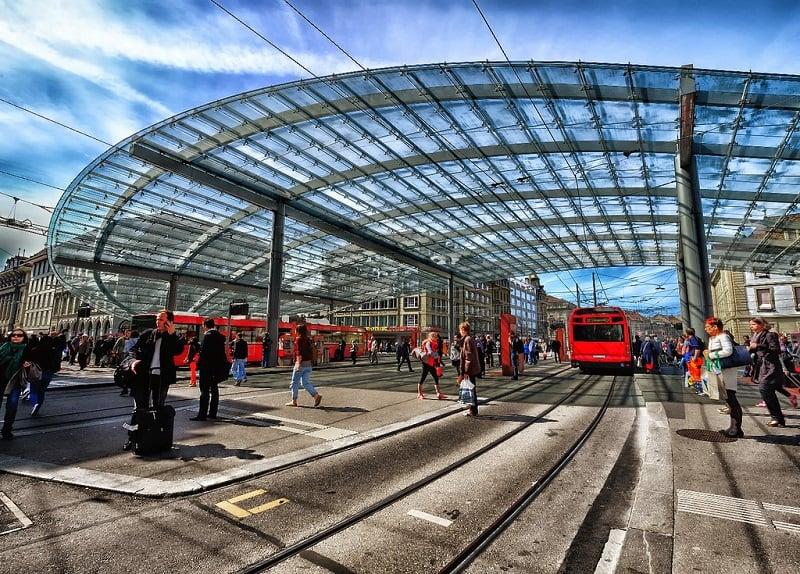 Trens na estação Bern na Suíça
