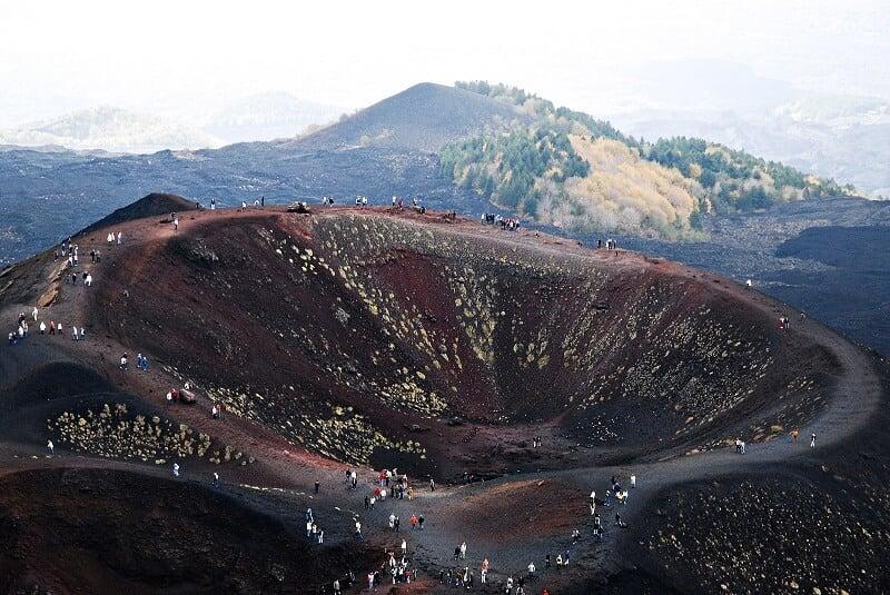 Pessoas no topo do Mount Etna em Sicília