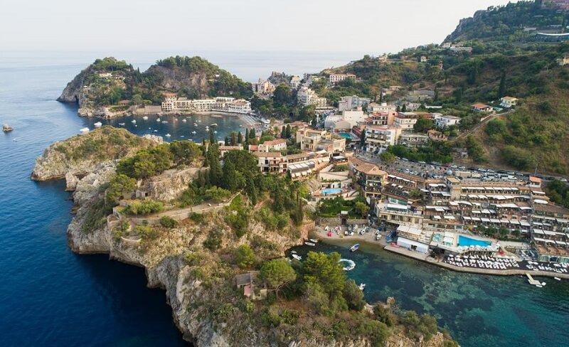 Vista da cidade de Taormina em Sicília na Itália